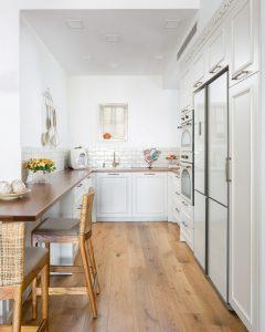 מטבחים כפריים מעץ מלא צבע לבן עם רצפת פרקט חומה