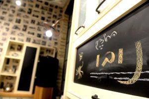 מטבחים כפריים מעץ מלא עם אלמנט של לוח כתיבה