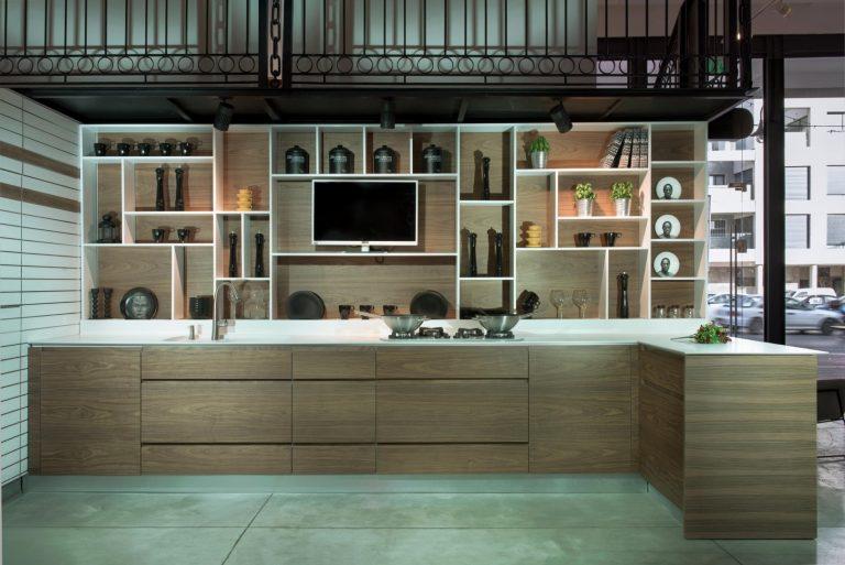 מטבח מודרני אורבן - מטבח תחת גרם מדרגות