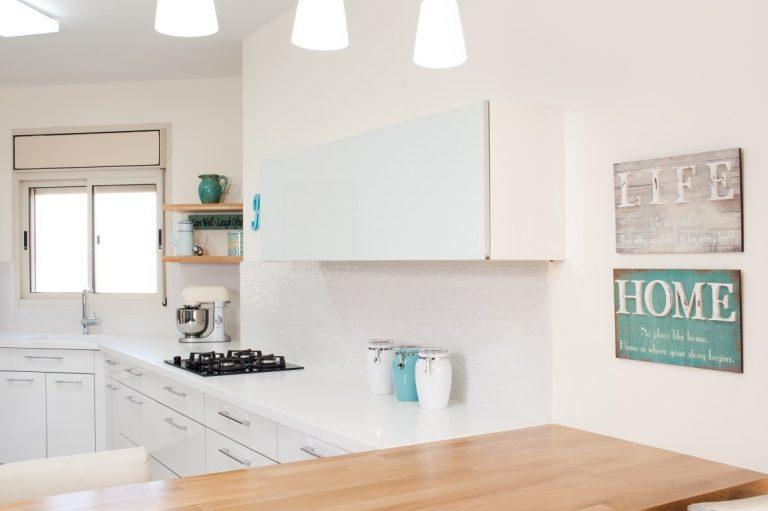 מטבח מודרני לבן בשילוב אביזרים בצבע תכלת