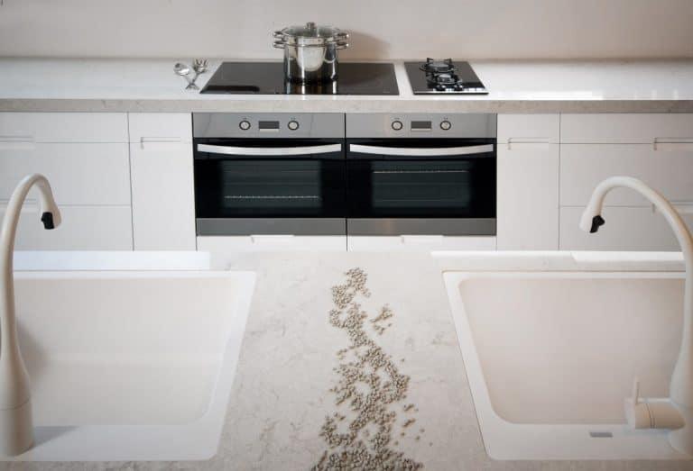 מטבח מודרני לבן עם מוצרי מטבח שחורים לשבירת הצבע