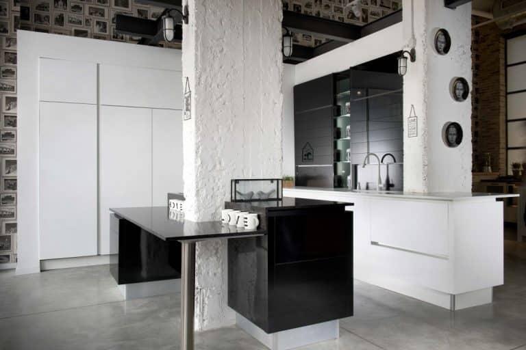 מטבח מודרני מדהים שחור, משלב בתוך עמודי תווך