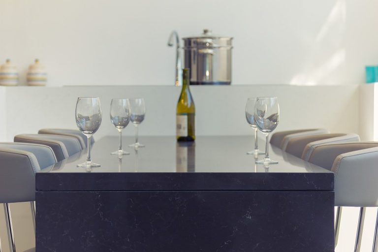 מטבח מודרני כשהשיש משמש משטח כשולחן אוכל