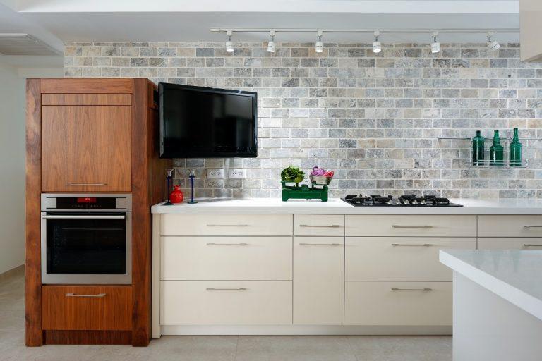 מטבח מודרני לבן בשילוב עץ טבעי של נובו