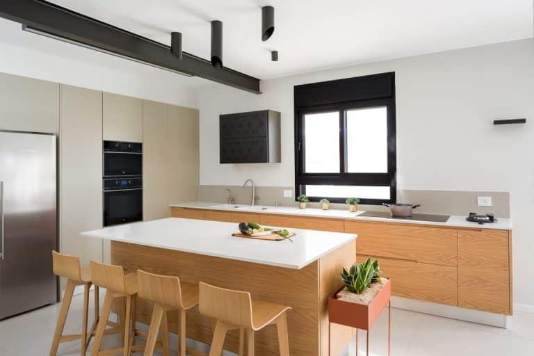 מטבח מודרני בצבע עץ, שילוב שיש לבן