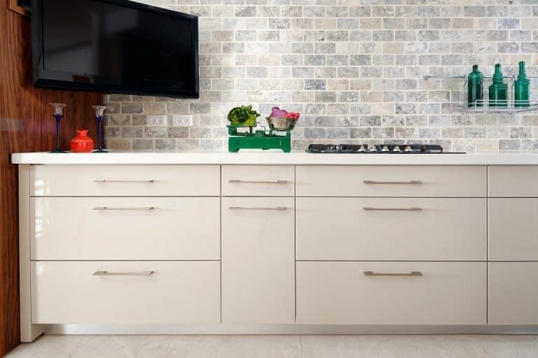 מטבח מודרני של נובו לבן בשילוב צבעים ופרחים לדקורציה