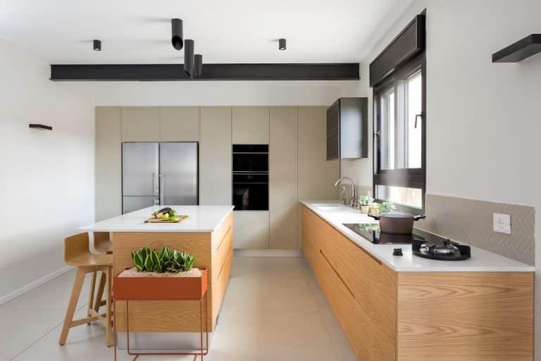מטבח מודרני עץ עם שילוב שיש לבן