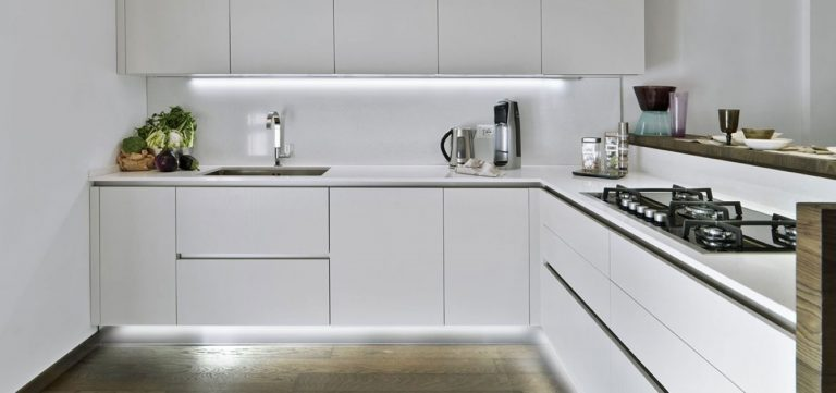 מטבח מודרני של נובו - מטבח לבן עם הרבה מקומות אחסון